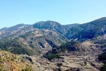 Vistes a la vall d´Alinyà des del mirador de l´ermita de Sant Ponç, amb els nuclis d´Alinyà, Llobera i les Sorts i l´anticlinal del Roc de la Pena.