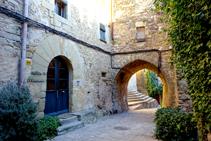Celler de Madremanya i portal a la plaça de l´església.