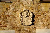 Escut a la façana del castell de Millàs.