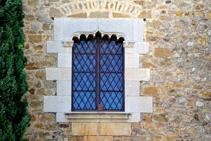 Detall d´un finestral del castell de Millàs.