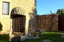 Pou al davant del castell de Millàs.