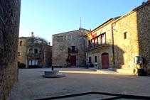 Plaça Major i ajuntament de Madremanya.