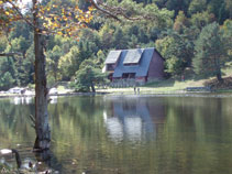 Des de l´altra banda de la bassa, tornem a veure el refugi.