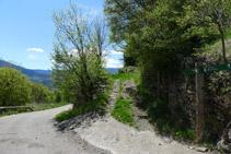 Deixem enrere la carretera i agafem un camí en direcció a Pujalt.