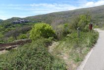Fem uns 50m per la carretera i tornem a agafar un camí de terra (esquerra).