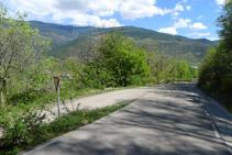 Baixem uns 100m per la carretera i agafem la pista asfaltada de l´esquerra per entrar a Bressui.