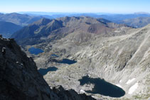 Vistes des del cim cap a la vall dels estanys Gelats, Gémena i Llubriqueto.