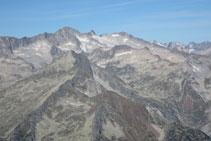 Vistes al massís de l´Aneto-Maladeta, amb la glacera que penja de la seva cara nord.
