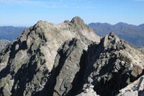 Vistes des del cim cap a la cresta de Besiberris.