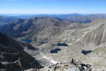 Vistes des del cim cap a la vall dels estanys Gelats, Gémena i Llubriqueto. Amb el Turbón al fons.