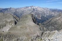 Pic dels Abellers i massís Aneto-Maladeta al fons.