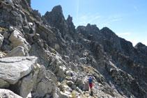 El recorregut es fa principalment pel vessant occidental de la cresta que uneix el Besiberri Sud i el Comaloforno.