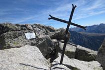 Pic del Comaloforno (3.029m), amb una creu i una placa.