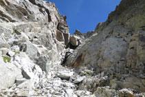 Vista de la canal per on hem baixat amb la roca característica arrodonida al bell mig de la canal.