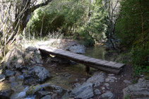 Passarel·la de fusta sobre el riu del Pendís.