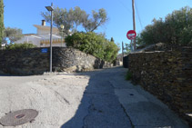 Seguim el carrer de la Miranda amunt.