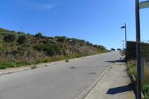 Seguim per la carretera uns 70m. En aquest tram la carretera té voreres pels vianants.