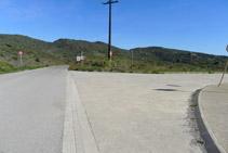 Creuament on agafem un camí de terra que avança en paral·lel a la carretera.