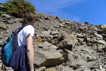Pugem fins a la carretera per entre grans blocs de pedra.