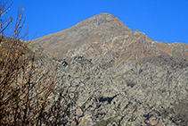 Roques de Totlomón i, darrere, el cim del Torreneules.