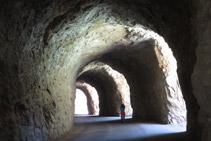 Caminem per l´interior d´un túnel excavat a la roca.