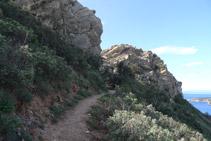 Arribem a un pas estret entre roques.