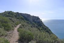 Resseguim els penya-segats del costat S del Cap de Norfeu.