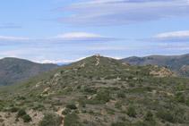 Mirada enrere: la torre de Norfeu i les muntanyes pirinenques al fons.