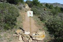 Camí de les Coves de les Encantades amb el pas tancat.