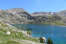 En primer terme, l´estany Gento. Al fons, d´esquerra a dreta, el pic de Pala Pedregosa (2.874m) i el Montorroio (2.862m).