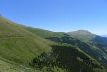 Podem distingir com el camí avança planer pel vessant de la muntanya.