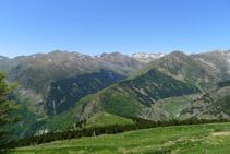 Vistes de la vall de Riqüerna, al vessant occidental de la Vall Fosca, des del camí del Carrilet.