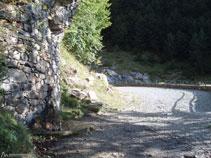 La pista va remuntant la vall i ara s´apropa al barranc de Los Churros.