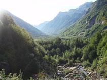 Si girem el cap veurem la característica forma d´U de la vall de Pineta, excavada pel gel ara fa 15.000 anys.