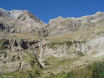 A l´O ja veiem l´espectacular cascada del Cinca, cap a on dirigim les nostres passes.