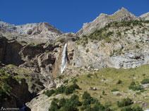 En clara direcció SO, ens apropem cada cop més a la cascada del Cinca.