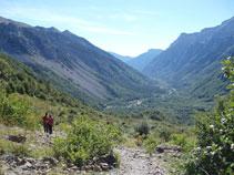 Al fons es veuen les profunditats de l´antiga vall glaciar de Pineta i un curs d´aigua platejat, que és el mateix riu Cinca.