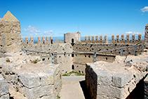 Vistes des de la torre SE del castell: pati d´armes, camí de ronda i torre NO.