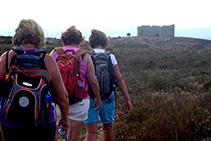 Senderistes dirigint-se al castell del Montgrí, des del Montplà.