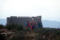 Senderistes avançant pel Montplà, abans de davallar al coll d´en Garrigars.