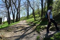 Deixem enrere el camí que rodeja el monestir i agafem un corriol que s´enfila pel vessant de la muntanya (S).