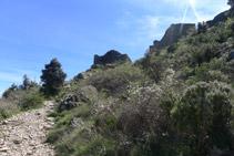 Primeres parets que ens trobem del castell de Sant Salvador.