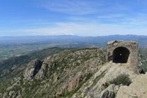 El castell de Sant Salvador i el massís del Canigó al fons.
