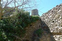 Interior de les ruïnes del castell de Sant Salvador.