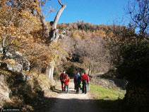 Els primers passos de la ruta transcorren per la pista.