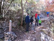 El camí que fa alguns girs, està protegit amb vells murs de pedra seca.