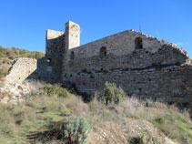 Torre semicircular i muralla perimetral.