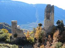 La torre circular central i una de les torres semicirculars del castell de Sant Gervàs que encara es conserven.