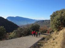 Baixant per la pista cap a Sant Miquel de la Vall.
