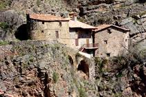 Cases sota el castell del Quer.